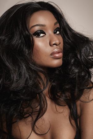capelli lunghi: Primo piano di una bella donna africana con il trucco.
