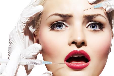Close-up van een vrouw krijgt botox of filler gedaan. Stockfoto