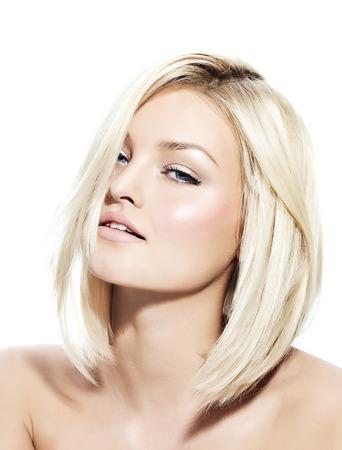 blond hair: Mujer rubia con el pelo liso corto. Foto de archivo