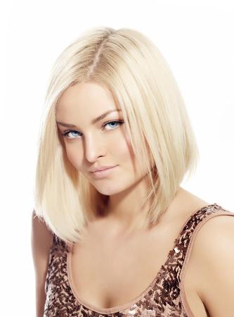 rubia ojos azules: Mujer rubia con el pelo liso corto. Foto de archivo