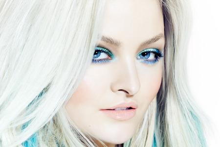 rubia ojos azules: Primer plano de una hermosa mujer en tonos fríos. Foto de archivo