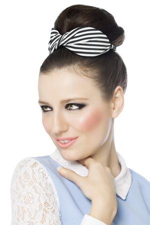 primer plano de una chica de estilo retro hermoso con maquillaje agradable y el peinado de