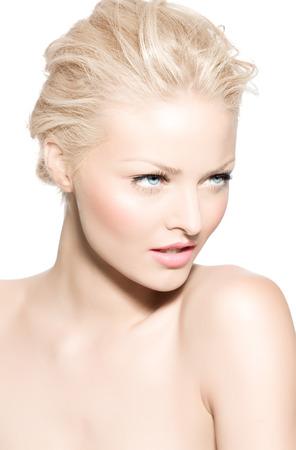 fair skin: Mujer rubia joven con la piel muy blanca.