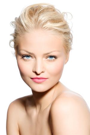 rubia ojos azules: Rubio suavemente iluminado modelo sobre fondo blanco.