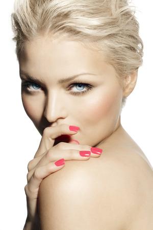 rubia ojos azules: Modelo rubio con manicura rosa. Foto de archivo