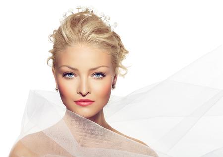blonde yeux bleus: Belle mariée enveloppé dans le voile.