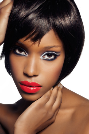 Jonge Afrikaanse vrouw met kleurrijke make-up. Stockfoto