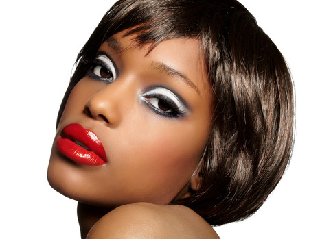 dark skin: Bella ragazza con la pelle scura indossa parrucca corta bob e retr� make-up.