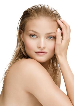 rubia ojos azules: Mujer natural joven con el pelo mojado. Foto de archivo