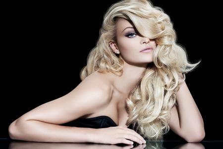 Modelka s dlouhými blond vlasy.