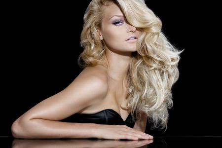 blonde yeux bleus: modèle de mode avec de longs cheveux blonds. Banque d'images
