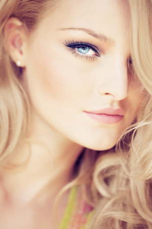 rubia ojos azules: Primer plano de una mujer rubia con ojos azules. Foto de archivo