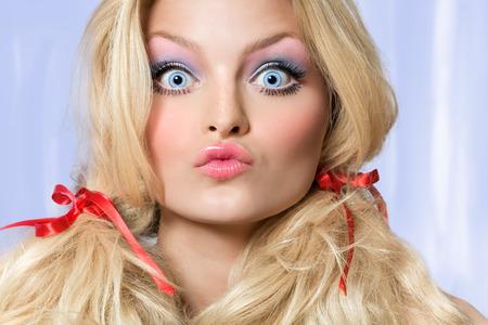making faces: Modello guardando come una bambola che fa i fronti. Archivio Fotografico