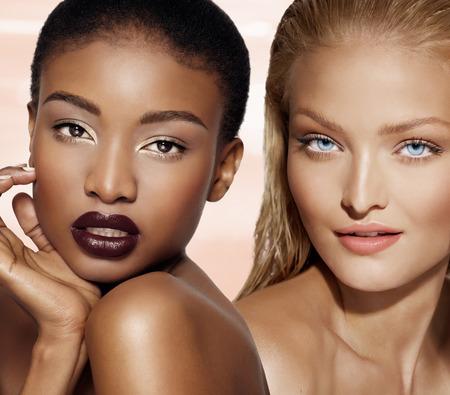 Afro-Amerikaanse en blanke modellen poseren.