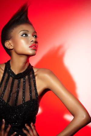 modelos negras: Modelo de moda que llevaba vestido de lentejuelas vintage.