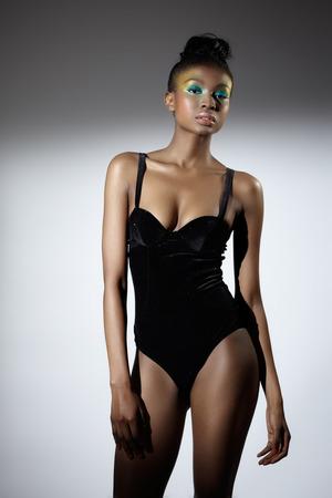 mannequin africain: Mod�le de la mode africaine v�tue d'un haut de corps noir. Banque d'images