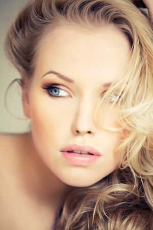 vrouw blond: Mooie blonde vrouw.  Stockfoto