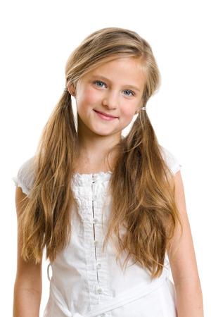blonde yeux bleus: Sourire 10 ans fille isolée sur blanc. Banque d'images