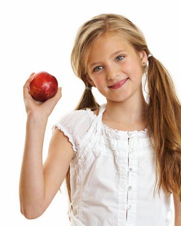blonde yeux bleus: Dix ans caucasien, girl, cheveux longs posant isolé sur blanc.
