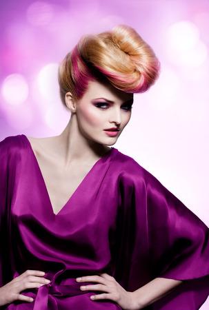 purple silk: Modelo de manera con gran peinado llevaba vestido de seda p�rpura.