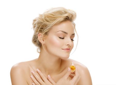 Jonge vrouw ruikende parfum olie. Stockfoto