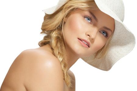 rubia ojos azules: Mujer joven en el sombrero blanco que disfruta de verano.