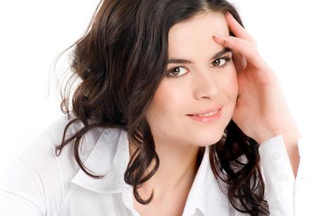 blusa: Mujer sonriente en la blusa blanca. Foto de archivo