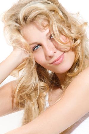 cabello rubio: Mujer joven feliz con el pelo largo y rubio. Foto de archivo