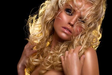 cheveux blonds: mod�le de mode avec de longs cheveux blonds. Banque d'images
