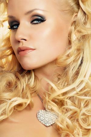 cabello rubio: Modelo de manera con el pelo largo y rubio que llevaba el coraz�n del diamante.