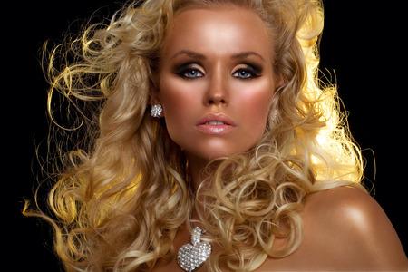 cabello rubio: Modelo de manera con el pelo largo y rubio. Foto de archivo