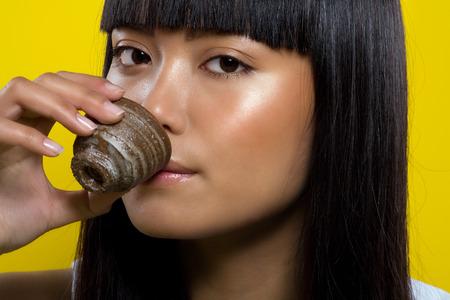 japanese sake: Japonesa sake mujer beber de una taza hecha a mano de la arcilla.