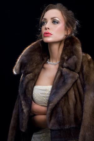 visone: Donna che indossa gioielli e pelliccia di visone.