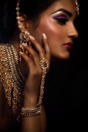 좋은 인도 메이크업을 가진 여자입니다.