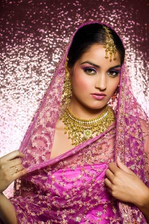 전통 의류에 아름 다운 인도 여자.