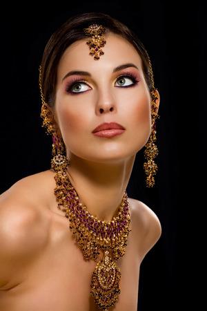 Femme portant des bijoux indiens. Banque d'images - 38466180