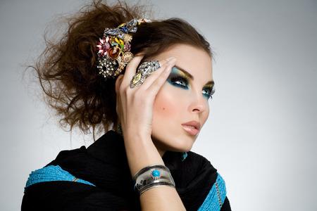 piedras preciosas: Modelo posando en piedras preciosas y de seda negro. Foto de archivo
