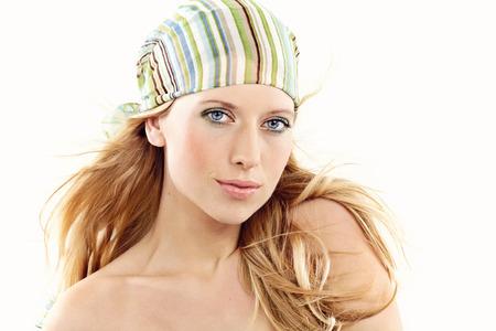 밝은 메이크업 및 그녀의 머리에 스카프 젊은 여자. 스톡 콘텐츠