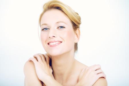 rubia ojos azules: Mujer natural que se sienta con las expresiones de ensueño.
