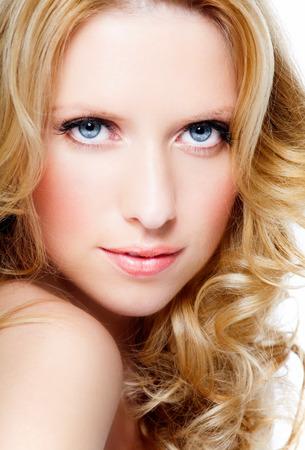 cabello rubio: Mujer hermosa con el cabello largo y rubio.