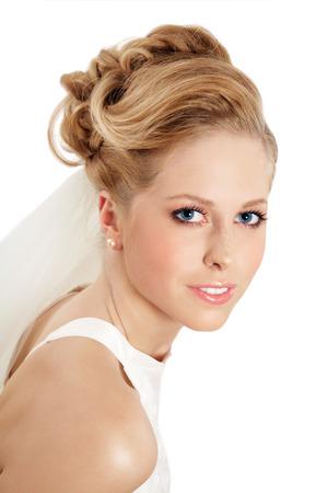 blonde yeux bleus: Mariée européen blonde posant sur blanc.