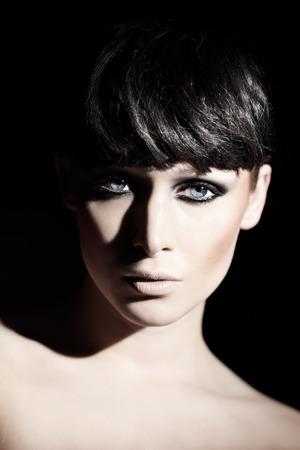 černé vlasy: Módní image modelu s kouřové oči a černé vlasy.
