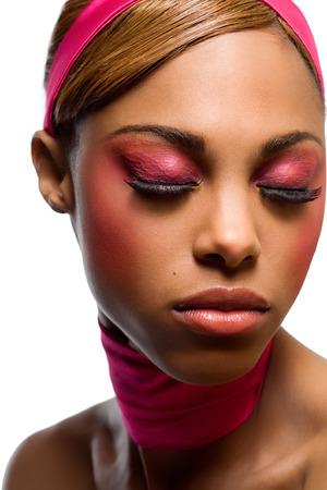 modelos posando: Modelo oscuro con maquillaje colorido.