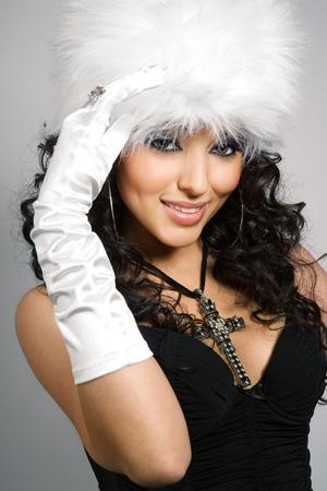 white fur: Modelo llevaba sombrero de piel blanco. Foto de archivo