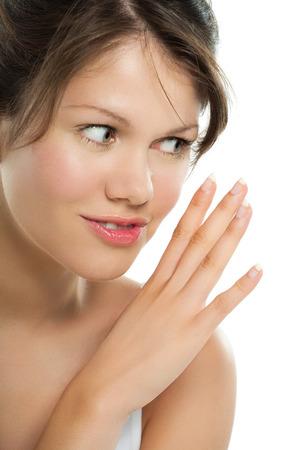 sigilo: Caucasiano, mulher nova que levanta no fundo branco com expressisons sigilo. Banco de Imagens