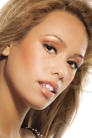 ojos marrones: Mujer hermosa con el pelo largo y rubio y ojos marrones sobre fondo blanco.
