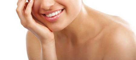 Mooie jonge Europese vrouw met verse gladde gloeiende gebruinde huid en een gezonde witte tanden.