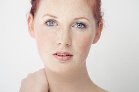 Mooie verse Noord-Europese meisje met kastanjebruin haar, blauwe ogen en sproeten. Stockfoto