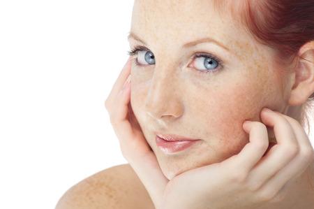 赤褐色の髪を持つ美しい新鮮な北ヨーロッパの女の子は青い目とそばかす。