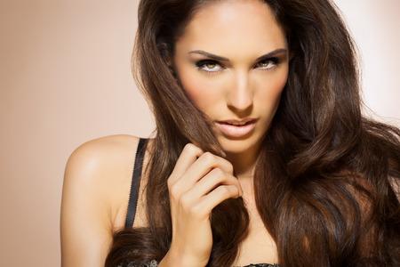 mujeres latinas: Retrato de la hermosa mujer con estilo de pelo de moda largo Morena. Elegante modelo de Latina con el pelo largo y oscuro. Foto de archivo